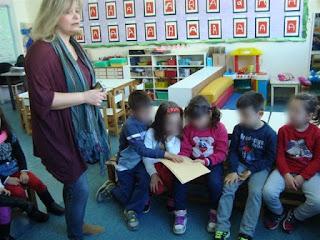 Τα παιδιά ακουμπάνε σελίδες με τη γραφή των τυφλών, Braille