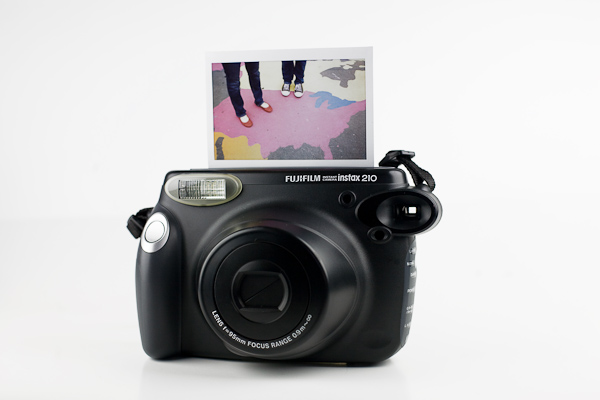 Le Fuji instax 210 est l un des dernier appareil instantané sorti sur le  marché de la photographie. Sa principale particularité est la largeur des  pola un ... afb48866da1c