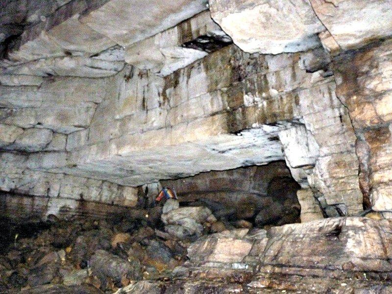 Tanto en la imagen superior como en la inferior puede observarse claramente el corte artificial realizado en el techo de la cueva.