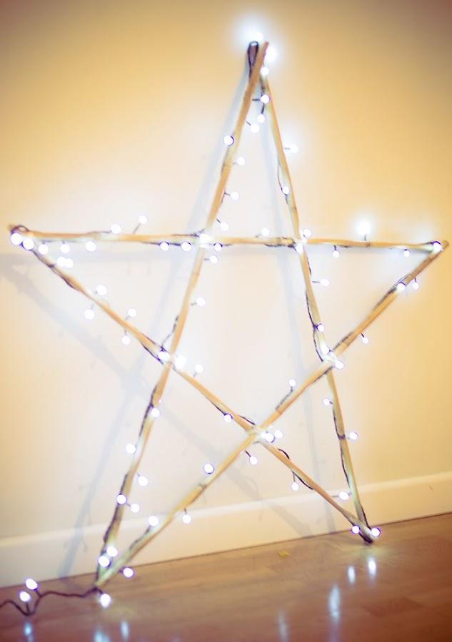 Estrella de Navidad con palos y luces