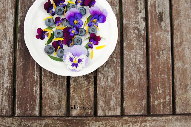 sałatka z kwiatów, sałatka owocowa, jadalne kwiaty