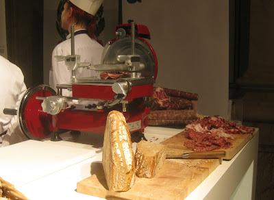Salami und Schinken, vorne Brot