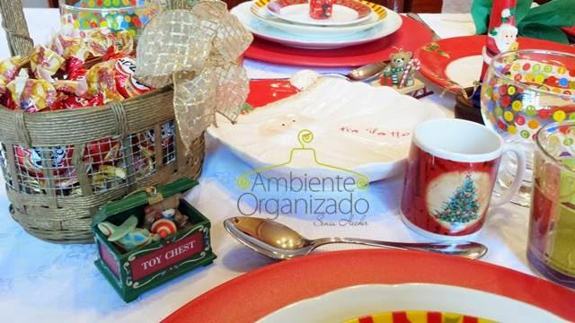 Objetos decorativos na mesa de Natal das crianças