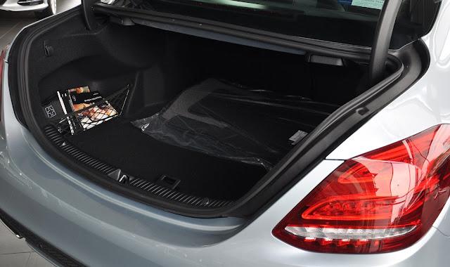Cốp sau Mercedes C300 AMG 2017 thiết kế rộng rãi với tính năng mở cốp bằng chân