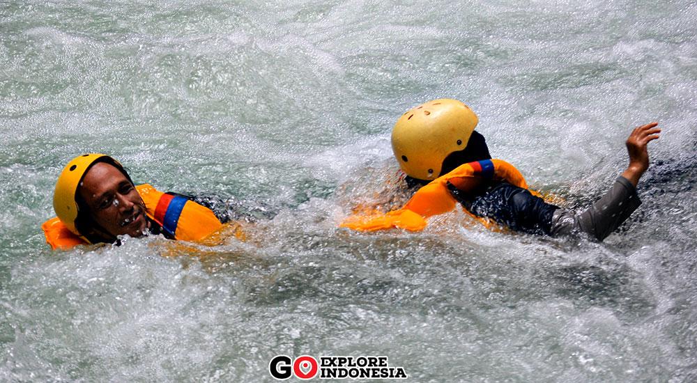 aktivitas body rafting di green canyon cukang taneuh pangandaran