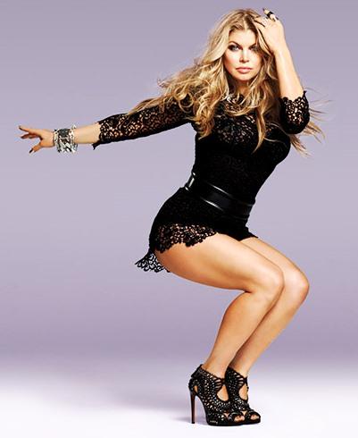 Foto de Fergie posando de negro
