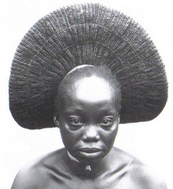 Nasara, one of the wives of Akenge with typical fan-shaped style of the Zande, Democratic Republic of Congo. Photo: Herbert Lang Expedition, 1909-1915