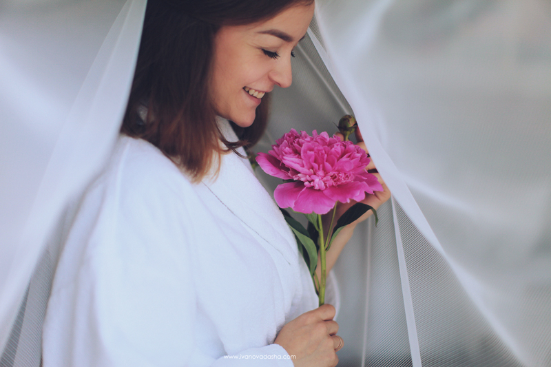 свадебная фотосъемка,свадьба в калуге,фотограф,свадебная фотосъемка в москве,фотограф даша иванова,идеи для свадьбы,образы невесты,фотограф москва,фотосессия невесты,будуарная фотосъемка,пленочная фотография,сборы невесты,файнарт,fine art,нежные сборы невесты с пионами,романтичные сборы невесты,будуарная фотосъемка для девушки,девушка с пионами, сборы в отеле,сборы невесты в отеле,сборы невесты в халате,девушка в махровом халате,Hilton Garden Inn Kaluga,лена на пп,иванова даша,девушка с пионом улыбается
