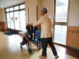 車いすを押すボランティア