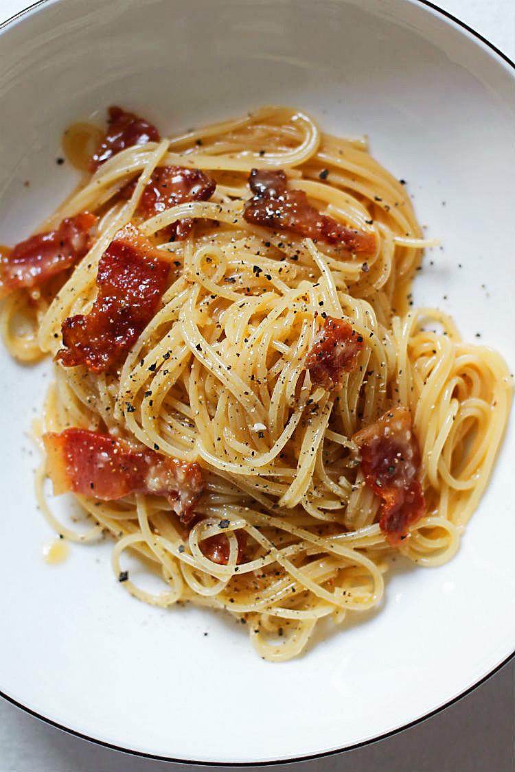 Originalrezept für Spaghetti Carbonara mit Pecorino und Guanciale (geräucherte Schweinebacke) #rezept #italienisch #ohne_sahne #einfach #vegetarisch #kochen #einfach #mit_ei #schnell #gesund #kinder #thermomix #chefkoch #springlane #foodblog #foodphotography #pasta #tomaten #speck #nudeln #soße #rheinhessen | Arthurs Tochter. Blog für Food, Wine, Travel & Love aus Rheinhessen bei Mainz