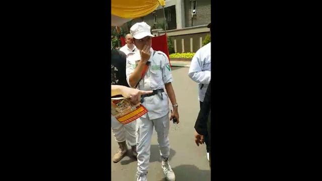 Polisi Bubarkan Massa FPI Beratribut Partai yang Datangi TPS di Tanjung Duren