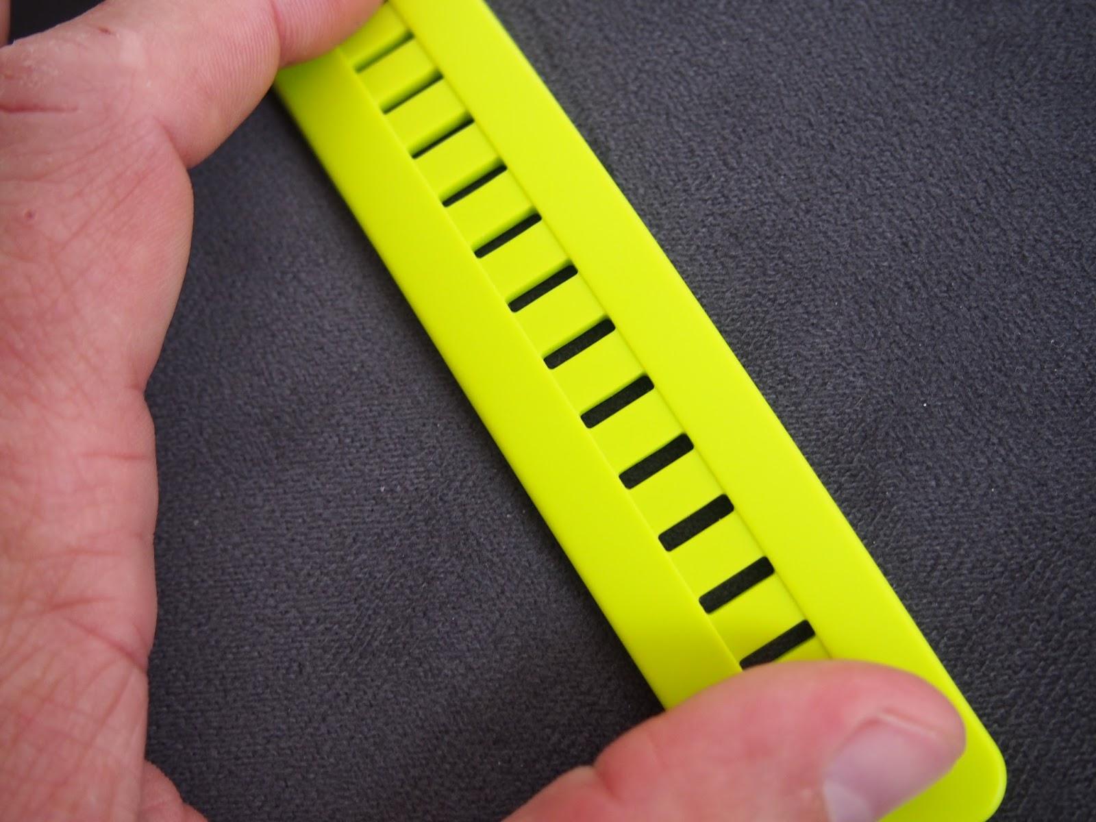 Hlavně ale hodinky perfektně sednou na zápěstí a díky měkkému silikonovému  řemínku neškrtí i při dotažení. Standardní pásek je měkký a silikonový a  tak se ... a4ec408e05