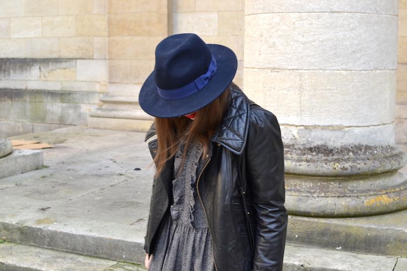 robe à pois noir et volant à Volants H&M, perfecto Isabel Marant, chapeau Aleane officiel, rouge à levre mat sans transfert Sephora