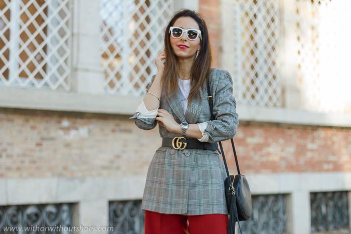 tendencias streetstyle Influencer blogger valencia con look urban chic comodo estiloso culottes chaqueta blazer y botines animal print AGL