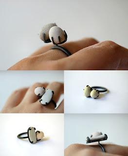 Diseño de anillo muy creativo e inusual con roca pequeña