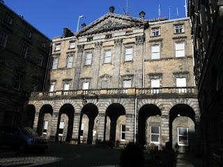Ayuntamiento de Edimburgo, estatua caballo con orejas de cerdo