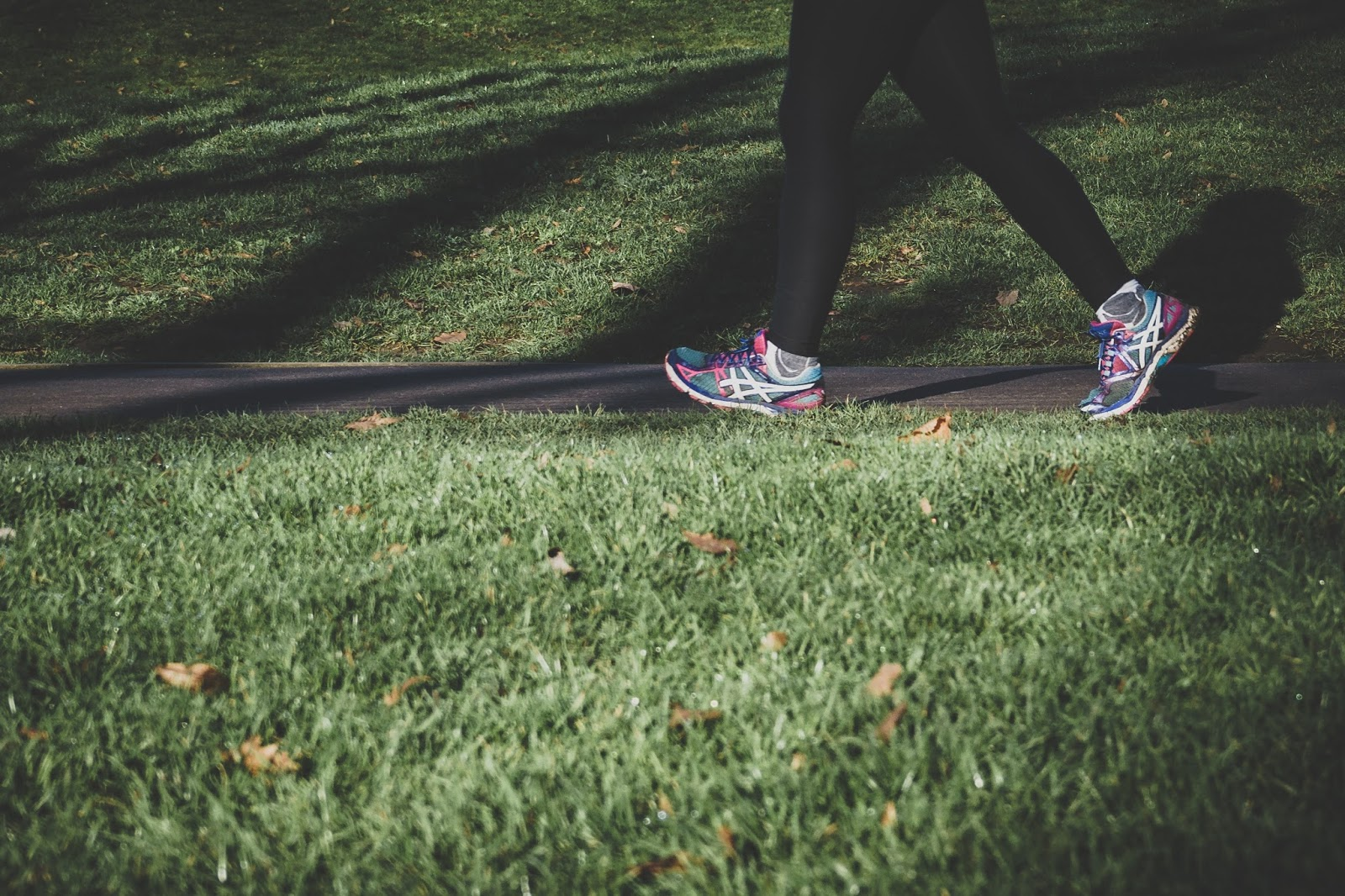 alergat-adidași-sport-parc-verde-iarba