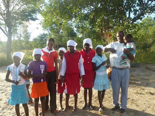 Con niñas de la comunidad