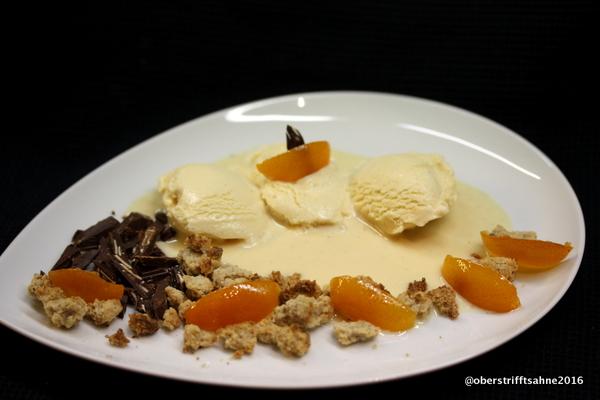 Karamell Eis mit Eierlikör, Walnuss Krumple und Kumquats