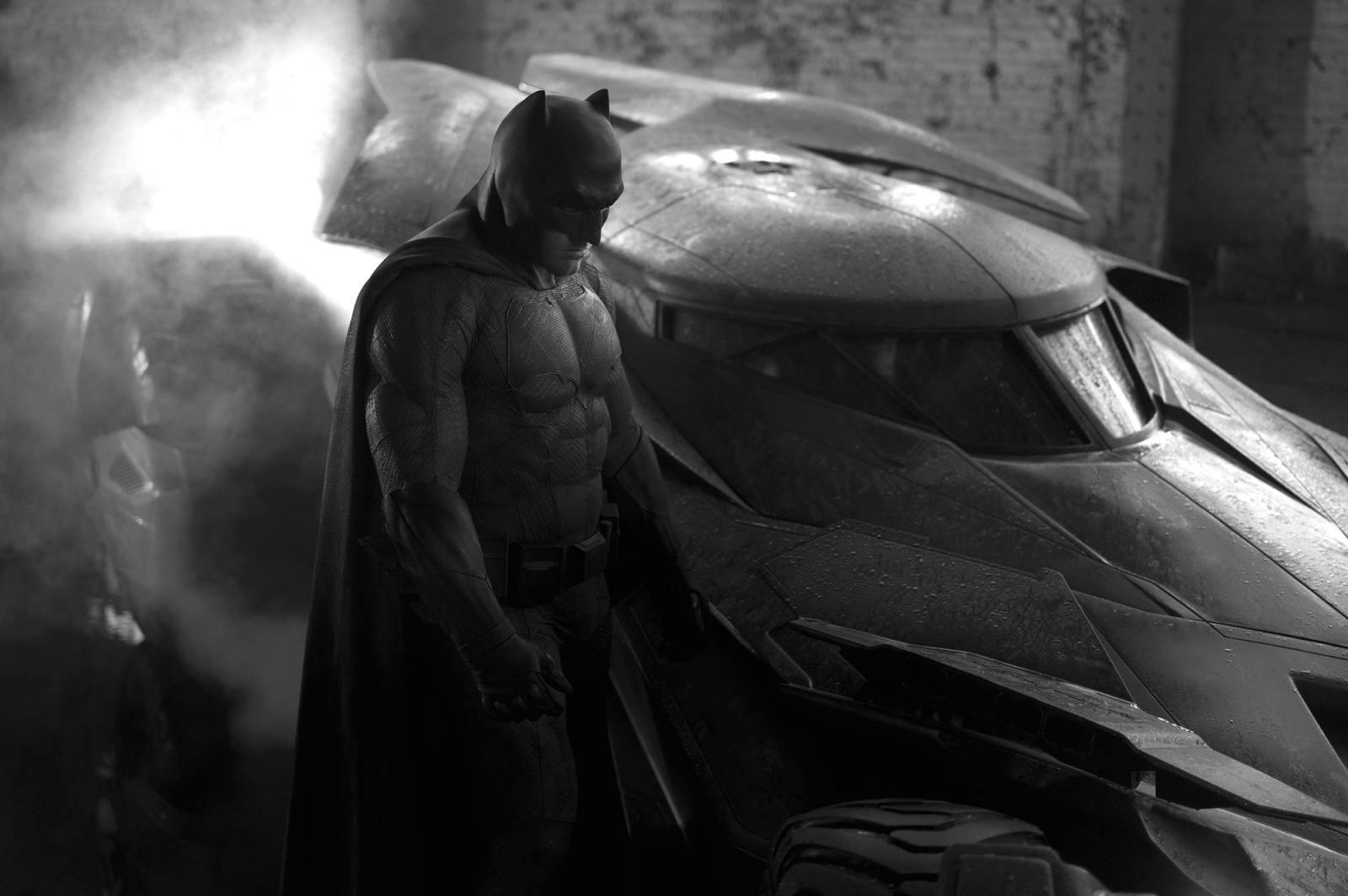 Ben Afleck în noua armură a lui Batman alături de Batmobilul său.