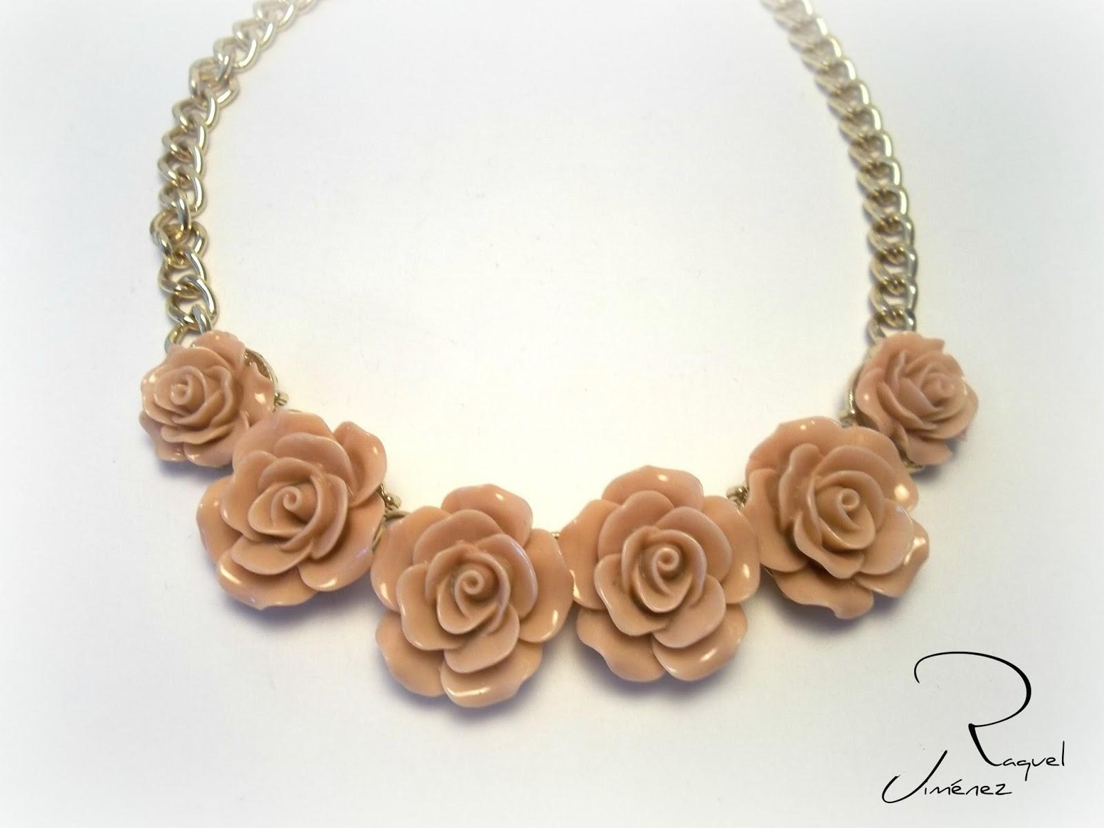 collar dorado con rosas