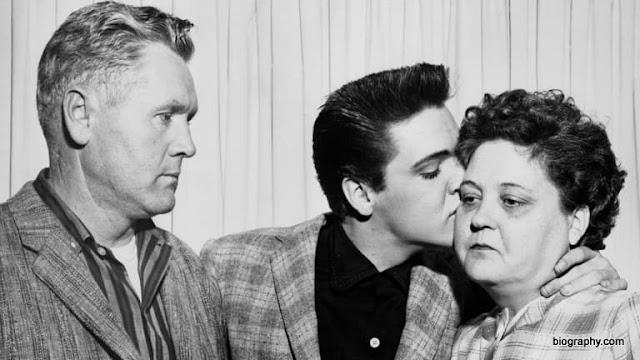 A família Presley: Vernon (pai), Elvis e Gladys (mãe)