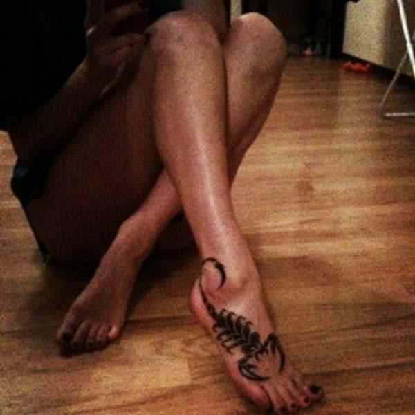 kadın ayağı akrep dövmesi