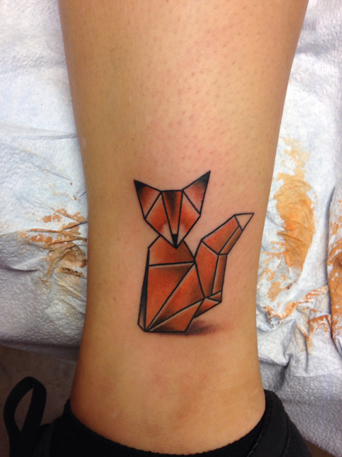 tatuaje de zorro en estilo papiroflexia en el tobillo