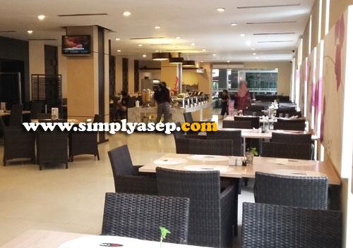 NYAMAN : Interior dalam Ritz Cafe yang cukup luas dan nyaman.  Membuat tamu betah berlama lama di sini. Foto Asep Haryono