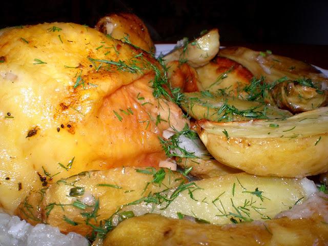 Pui și cartofi noi, la cuptor