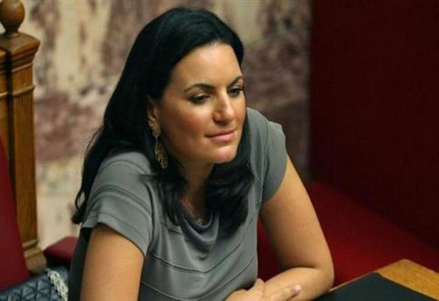 Όλγα Κεφαλογιάννη: Σκύβει και μας τα δείχνει όλα!!! [photos]