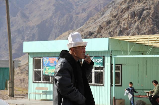 Kirghizistan, M41, Chychkan-Suu, Kirghize, ak kalpak, © L. Gigout, 2012