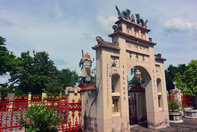 Gapura masuk kelenteng Cu An Kiong