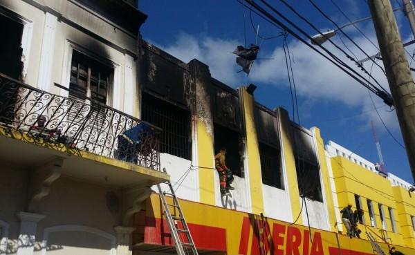 SPM: Fuego en tienda Iberia no ha sido extinguido; se desmayan bomberos