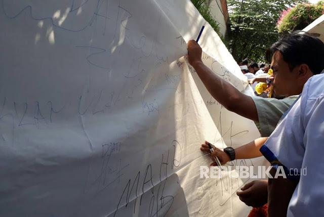 Alumni 212 Tanda Tangani Petisi di Kain Sepanjang 1 Km