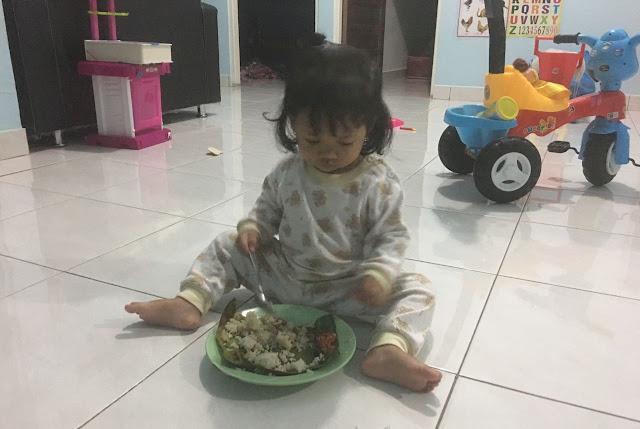 belajar makan sendiri