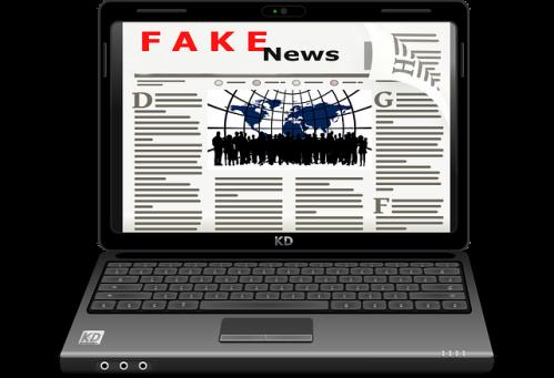 Notebook aberto, exibindo manchete de fake news. #PraCegoVer