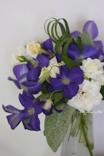 poza buchet clematis si trandafiri albi de gradina