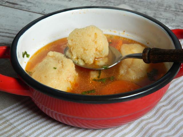 Supa de pui cu rosii si galuste de gris