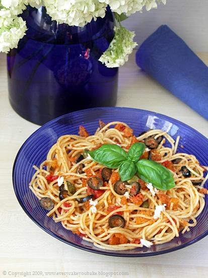 spaghetti z oliwkami, pomidorami i kaparami