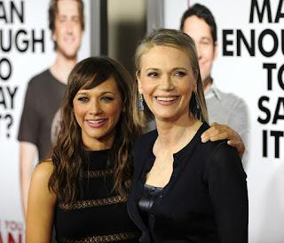 Peggy Lipton e a filha são fotografadas na estreia de um filme na Califórnia, em 17 de março de 2009 — Foto: Gabriel Bouys / AFP