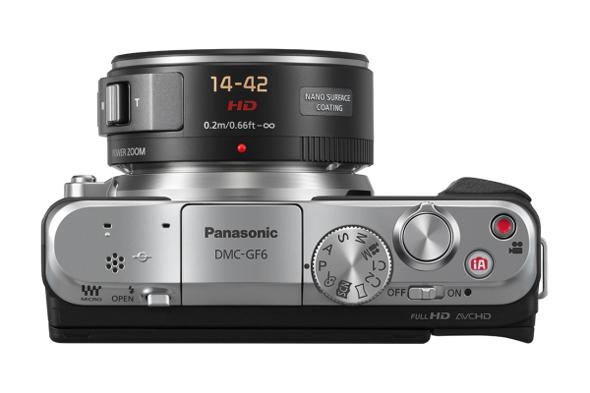 Fotografia dall'alto della Panasonic GF6, con evidenza della ghiera dei comandi