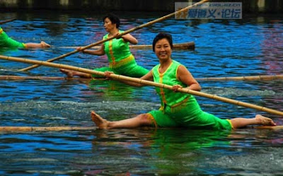 Amazing! :Using  a bamboo to cross river