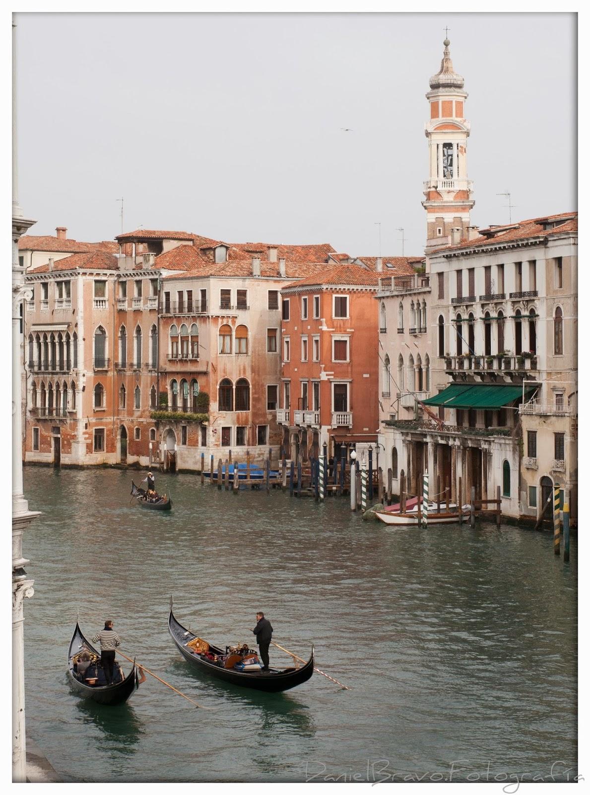 Góndolas en un canal de Venecia