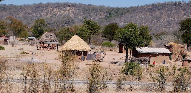 petit village typique de la région, sur la route principale entre Victoria Falls et Bulawayo