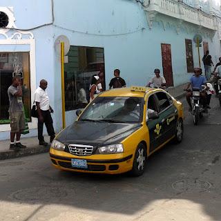 Kuba, Santiago de Cuba, gelbschwarzes staatliches Taxi