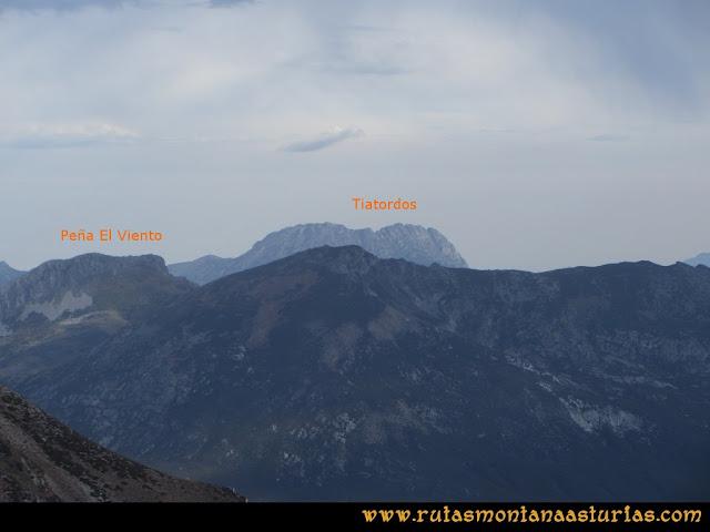 Ruta Pico Toneo y Peña Agujas: Desde el Agujas, vista de la Peña El Viento y Tiatordos