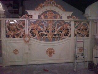 Model Pintu Gerbang Tempa Mewah yang cocok dengan rumah mewah bergaya Klasik