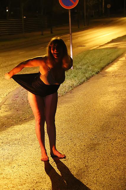 Viivi, bathing suit, big breasts, bus stop, uimapuku, isot rinnat, bussipysäkki