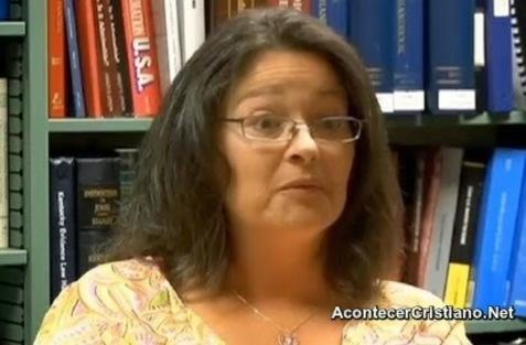 Mujer despedida por bendecir a la gente